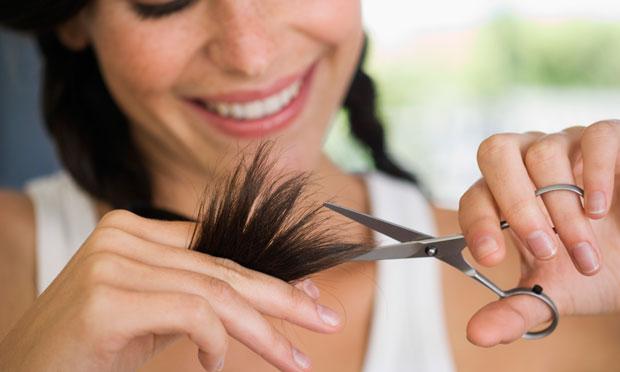 deixe-cabelo-mais-suadavel-cortando-pontas-casa-wh