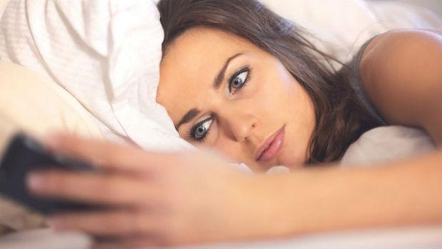 mulher-celular-cama